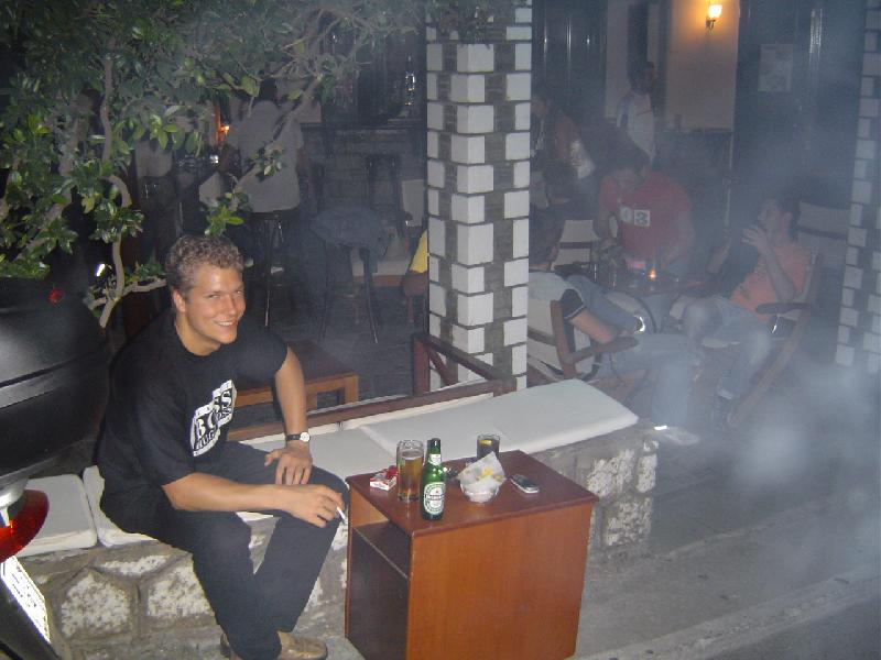 Arnd in einer Bar in Limenas